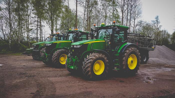 John Deere traktor på Kallegutas anläggning i Kalleguta